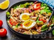 Рецепта Зелена салата с макарони, риба тон, яйца и майонезен дресинг